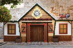 有鹿的木圣诞老人房子在屋顶 大厦在马尔韦利亚镇的中心安置 免版税库存图片