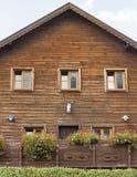 有鹿头骨和垫铁的老木房子 库存照片