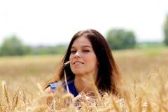 有麦子的耳朵的女孩 免版税图库摄影