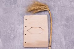 有麦子耳朵的木板 库存图片