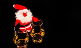 有麦芽威士忌玻璃的,圣诞节的标志圣诞老人 图库摄影