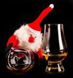有麦芽威士忌玻璃的,圣诞节的标志圣诞老人 库存图片