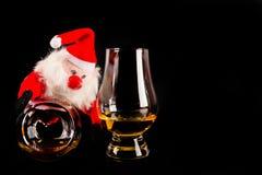有麦芽威士忌玻璃的,圣诞节的标志圣诞老人 库存照片