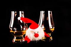 有麦芽威士忌玻璃的,圣诞节的标志圣诞老人 免版税库存图片