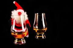 有麦芽威士忌玻璃的,圣诞节的标志圣诞老人 免版税库存照片
