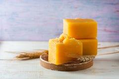 有麦芽油的,在木背景的麦子耳朵自然手工制造肥皂 温泉概念 库存图片