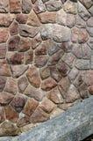 有麻雀的一个老石墙 库存图片