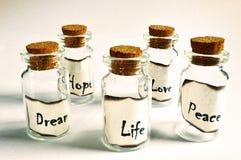 有黄柏插座的一些玻璃小瓶 免版税库存图片