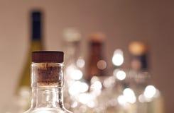 有黄柏的葡萄酒清楚的玻璃酒瓶在与平原的焦点 免版税库存图片