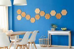 有黄柏装饰的蓝色室 免版税库存图片