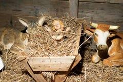 有黄牛和驴的小耶稣 免版税库存图片