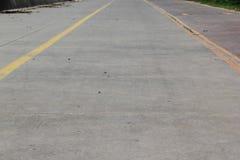 有黄线的一条空的路 免版税库存照片