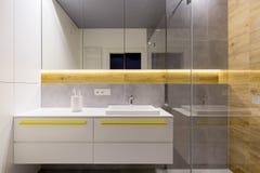 有黄色口音的白色卫生间 库存图片