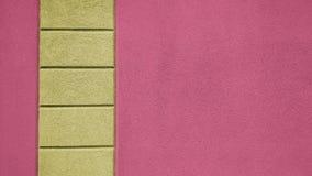有黄色和洋红色盘区的外墙 免版税库存图片