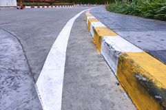 有黄色和白色条纹的弯曲的走道 库存图片