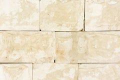 有黄色大理石盘区的墙壁 自然材料的模仿 自由表面 库存图片