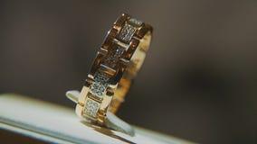 有黄色宝石的金黄戒指 敲响在与青玉browm,婚戒-与金刚石的jewelery的金子 图库摄影