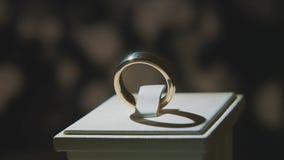 有黄色宝石的金黄戒指 敲响在与青玉browm,婚戒-与金刚石的jewelery的金子 库存照片