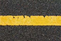有黄色小条的柏油路 免版税库存图片