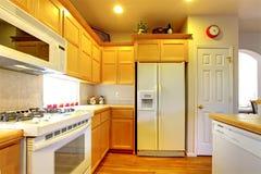 有黄色木机柜的厨房 免版税库存照片