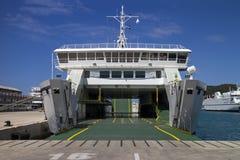 有黄色条纹的绿色甲板在白色轮渡 库存照片