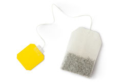 有黄色标签的茶袋。 顶视图。 免版税库存照片