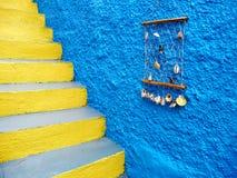 有黄色楼梯的蓝色房子墙壁,希腊 库存照片