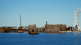 有黄色猛拉小船的偶象德卢斯明尼苏达空中升降吊桥在港口 影视素材