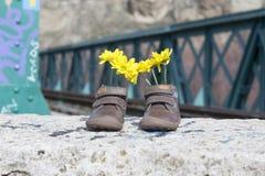 有黄色花的童鞋 图库摄影