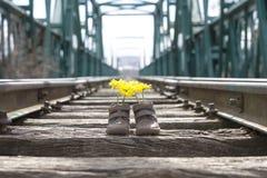 有黄色花的童鞋 库存照片