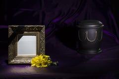 有黄色菊花的黑缸和在深紫色的背景的空白的金黄早晨框架 免版税库存照片