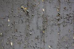 有黄色铁锈和土灰色剥的油漆和污点的老灰色金属墙壁  E 图库摄影