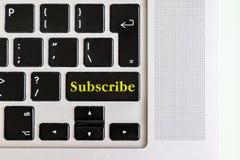 有黄色`的顶视图被隔绝的膝上型计算机键盘订阅在按钮上的`文本,构思设计v 库存照片