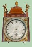 有黄铜儿童小雕象的古色古香的壁炉台时钟 免版税库存照片
