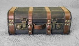 有黄铜锁的葡萄酒皮革手提箱关闭了和坐  免版税库存照片