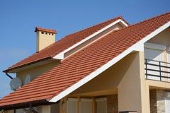 有黏土屋顶建筑的瓦屋顶、雨天沟、烟囱、山墙和谷类型的议院 大厦顶楼房子建筑机智 免版税图库摄影
