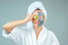 有黏土脸面护理面具的美丽的少妇 Skincare和秀丽概念 库存照片