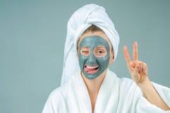有黏土脸面护理面具的美丽的少妇 Skincare和秀丽概念 免版税库存照片