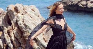 有黑围巾的美女在典雅的黑礼服 影视素材