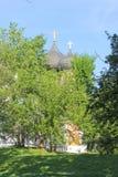 有黑圆顶的东正教在莫斯科俄罗斯Izmailovsky公园绿色春天树背景的  免版税库存图片