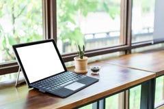 有黑屏的膝上型计算机在桌,敏感设计大模型, Corpo上 库存照片