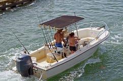有黑帆布机盖的开放渔船 免版税库存照片