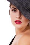 有黑帽会议和红色嘴唇的魅力妇女 免版税库存照片