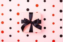 有黑弓的桃红色礼物盒 免版税库存图片
