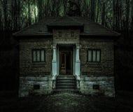有黑暗的恐怖大气和可怕细节的老蠕动的鬼屋 与傻瓜月亮和恶意嘘声的古老被放弃的豪宅 免版税库存照片