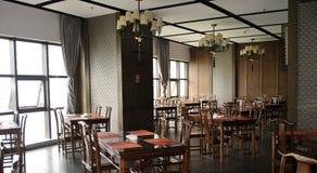 有黑暗的木家具的霍尔餐馆在它 免版税库存照片