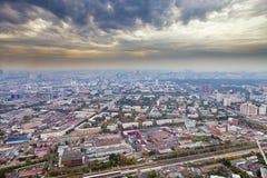 有黑暗的黄色云彩的全景在莫斯科之下 库存照片