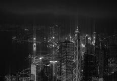 有黑白照明的摩天大楼的现代城市 免版税库存照片