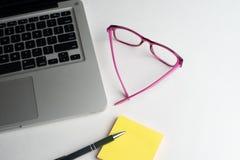 有黑笔的笔记本,在书桌上的五颜六色的在书桌上的笔记薄,玻璃有笔的和咖啡,有col的键盘 库存照片