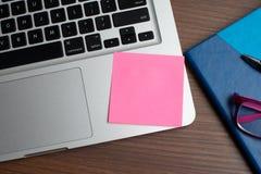 有黑笔的笔记本,在书桌上的五颜六色的在书桌上的笔记薄,玻璃有笔的和咖啡,有col的键盘 免版税图库摄影